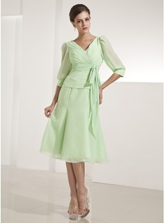 A-Line/Princess V-neck Knee-Length Chiffon Mother of the Bride Dress With Ruffle (008014222)