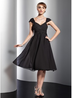 A-Line/Princess V-neck Knee-Length Chiffon Homecoming Dress With Ruffle (022014839)