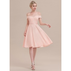 A-formet/Prinsesse Off-the-Shoulder Knelengde Satin Cocktailkjole med Profilering paljetter (016108729)