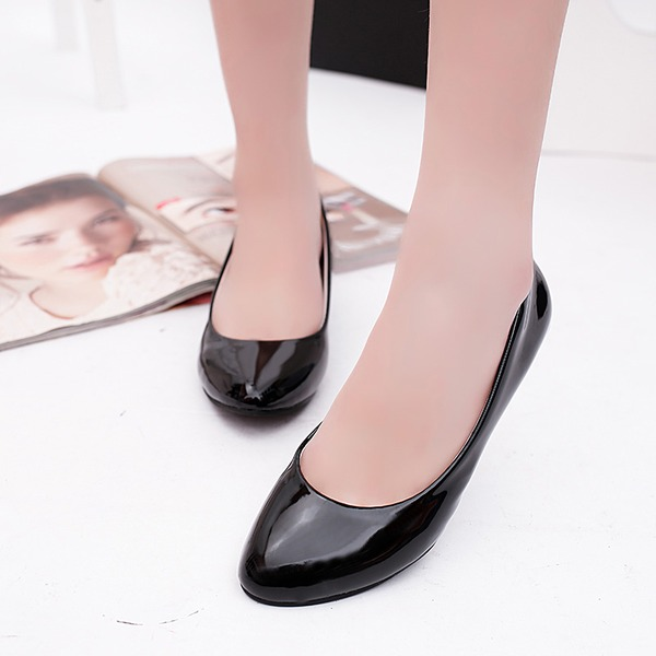 Vrouwen Patent Leather Kitten Hak Pumps Closed Toe schoenen